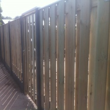 17 planks hout beton schutting antraciet ,met poort met stalen frame afdeklijst