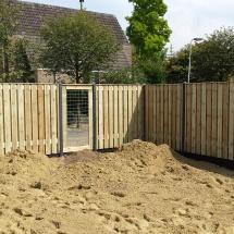 21 planks hout beton schutting met afdeklijst afgewisseld met een gekaderd trelliescherm 90 cm