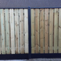 21 planks hout beton schutting met gecoate palen platen en afdekkap.