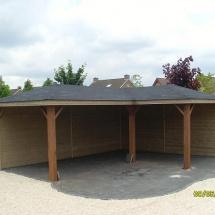Hoekprieel 6x2.5-4x2.5. hardhouten palen 0.14x0.14. achterwanden dicht, dak bekleed met singels.