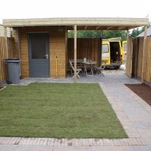 Overkapping aan bestaande schuur ,ook de schutting en gehele tuin aan gelegd.