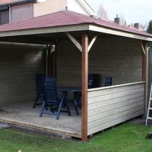 Prieel 4x3. met 2 dichte wanden en en 1 lage wand.dak bekleed met singels.Dichte vloer van rabatdelen. (2)