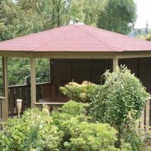 Prieel 8 hoek doorsnee 5 m,met 3 dichte wanden en 5 lage hekjes waarin 2 inloopmogelijkheden van 1 m,dak bekleed met singels.