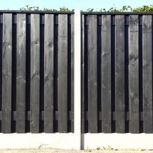 hout beton palen en platen grijs zwarte gecoate schermen 19 planks zwarte afdekkap