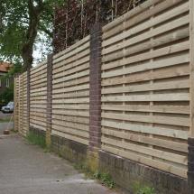 schermen van smalle latjes 6 cm tussen bestaande pilaren incl. poort