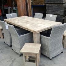 steigerhout met wickerstoelen